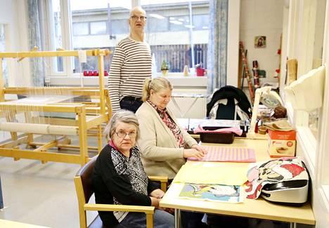 Anne Uusikorpi (edessä) ja Tuija Saari pysähtyivät kesken työpäivän miettimään seurakunnan työntekijän jättämää aukkoa elämäänsä. Heimo Mäkelä liittyi joukkoon jättäen hetkeksi Kimblen nappuloiden tekemisen naapurihuoneessa.