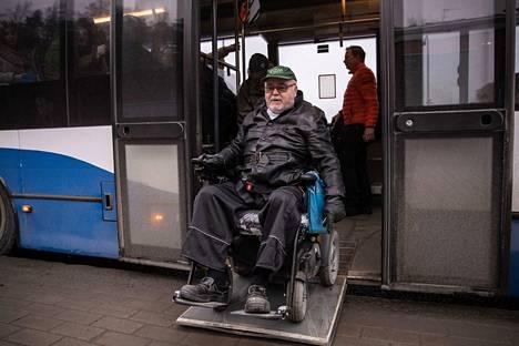 Veikko Vepsäläinen kertoo, että muut matkustajat ovat yleensä auttavaisia, kun hän on nousemassa kyytiin. Tällä kertaa samassa autossa matkustanut Jukka Välimäki auttoi häntä rampin kanssa.