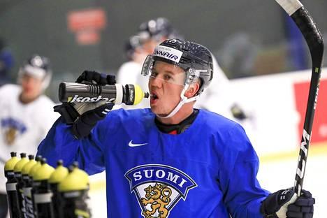 Toni Rajala otti huikkaa keskiviikon harjoituksissa. Leijonat kohtaa huomenna iltapelissä Tanskan.