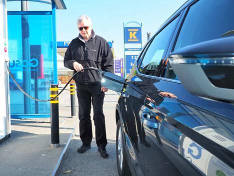 – Yllättävän tukevan tuntuinen pieneksi kahden hengen autoksi, mutta mitenkähän lasten turvaistuin mahtuu taakse, Jukka Roinila arvioi Seat Aronaa. Gasumin asemilla puolet kaasuautojen tankkauksista tehdään jo nyt biokaasulla.