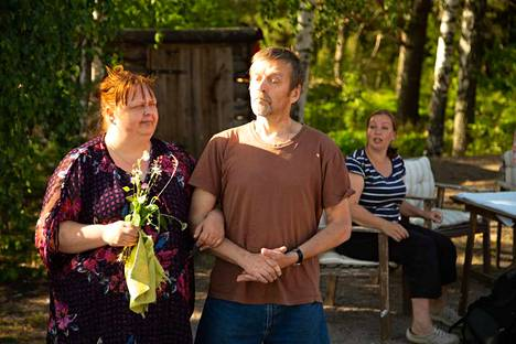 Eila, Rampe ja huanot keenit -näytelmän esitykset jatkuvat Krookilassa 2.8. asti. Kuvassa Leena Sirén (Eila), Jarmo Wegelius (Pirkka) ja Tiina Uusitupa (Likka).
