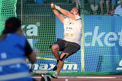 Kankaanpään seudun Leiskun Aaron Kangas on heittänyt tällä kaudella jokaisessa kilpailussa yli viime vuoden ennätyksensä. Satakunnan Kansan suorassa lähetyksessä selviää, jatkuuko linja myös lauantaina Porissa.
