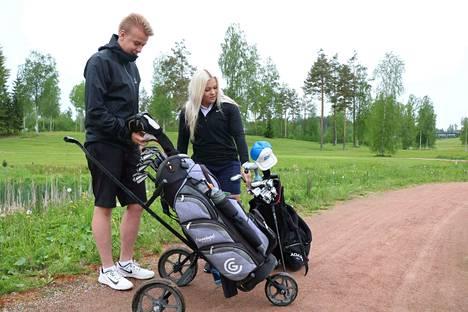 Aleksi Toivolalle ja Jutta Suomalaiselle golf on ennen kaikkea vapaa-ajanviettotapa, varsinaiset urheilutreenit tehdään muualla.