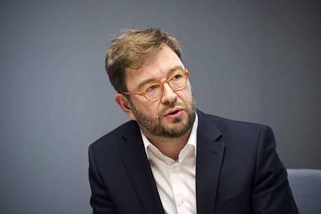 Liikenne- ja viestintäministeri Timo Harakka (sd.) vastaanotti tiistaina selvityksen siitä, miten journalismille kannattaisi jakaa tukea koronakriisissä. Journalismin tukimääräraha pyritään viemään kolmanteen lisätalousarvioon.
