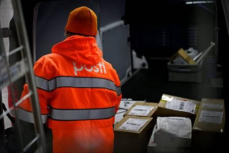 Postipakettien toimituksia EU:n ulkopuolisista maista on hidastanut uusi turvatietovaatimus, joka hidastaa tullausta. Kuva on arkistokuva Helsingistä joulukuulta 2020.