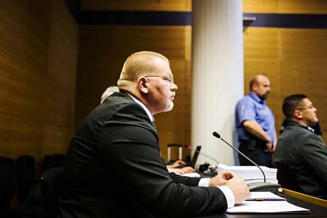 Johan Bäckman tunnetaan kirjankustantamisen ohella monista mediarooleistaan. Kuva MV-sivustoon liittyvän rikosjutun käsittelystä Helsingin käräjäoikeudessa viime kesänä.