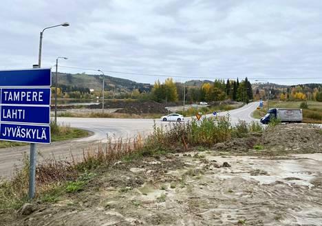 Himoksen uuden eritasoliittymän rakennustyömaalla on aloitettu pohjoispuolen ramppien rakentaminen. UPM:n Jämsänkosken tehtaalta tuodaan pohjarakenteisiin noin 5000 tonnia tuhkaa.