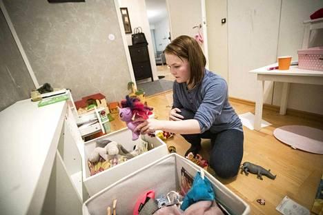 Jos joulunaika on tuonut lisää harmaita hapsia talouden siistijän ohimoille, on uusille leluille syytä tehdä tilaa karsimalla vanhoja pois. – Tärkeää olisi, että uudet saadut lahjat löytäisivät oman kategoriansa, kertoo ammattijärjestäjä Sanna Kilpeläinen.