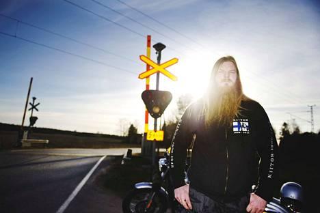 Auringon häikäisemällä motoristilla Tommi Peltomaalla oli läheltä piti -tilanne Ulvilan Haistilan tasoristeyksessä vuonna 2014.