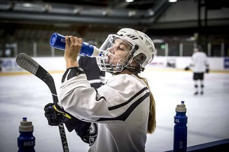 Susanna Tapani on harjoitellut TPS:n B-junioreiden kanssa siitä lähtien, kun muutti 16-vuotiaana urheilulukioon Turkuun. Nyt 26-vuotiaana hän pelaa samassa joukkueessa Mestis-sarjaa.