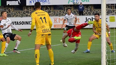 FC Hakan sarjapaikka miesten jalkapalloliigassa on hyvin  lähellä, kun AC Oulu jäi tasapeliin FC Lahden kanssa. Kuva Hakan ja Oulun pelistä Valkeakoskelta lokakuusta.