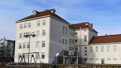 Marttilan koulu on linjattu lopetettavaksi Sastamalan kaupunginvaltuuston hyväksymässä palveluverkkosuunnitelmassa, mutta ajankohtaa ei ole tehty eikä varsinaista lopetuspäätöstä lyöty lukkoon.