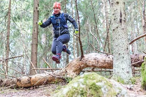 Marika Viinikka näyttää polkujuoksun mallia Kangasalan Kyötikkälän kentän viereisessä metsässä. Polkujuoksuun kuuluu olennaisesti myös esteiden ylittäminen.