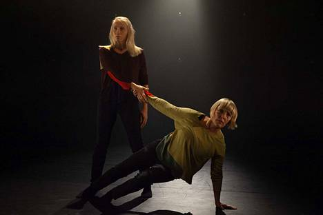 Elina Jakowleva ja Mari Rosendahl esittävåt sisaruksia Tanssiteatteri MD:n teoksessa.