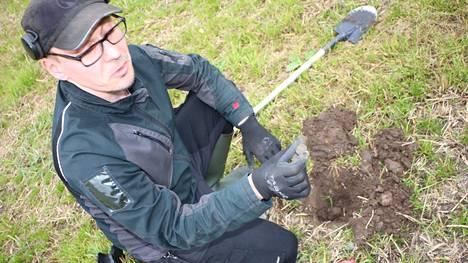 Jo viidessä minuutissa löytyi kolikko, joka on peräisin 1700-luvulta. Jani Ruonela on huomannut metallinpaljastimen soveltuvan hyvin myös hyötykäyttöön, maanomistajat ovatkin usein hengessä mukana kun lupaa kysytään.