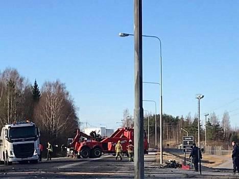Valtatie 11 oli suljettuna liikenteeltä kolmisen tuntia onnettomuuden jälkeen.