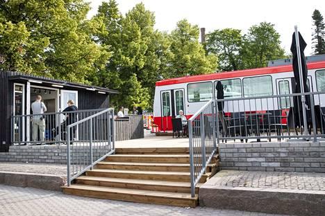 Perjantaiaamuna Tampereen Keskustorille auenneen Ratikkakahvilan terassilla oli vielä pian avaamisen jälkeen tilaa.