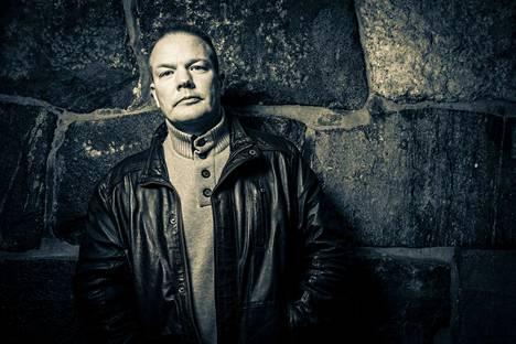 Toimittaja ja kirjailija Markus Ahonen on asunut Irlannin Malahidessa 13 vuotta. Hänen dekkarinsa sijoittuvat Helsinkiin.