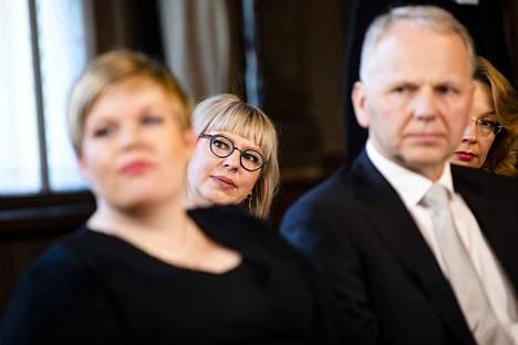 Sosiaali- ja terveysministeri, vasemmistoliiton Aino-Kaisa Pekonen (keskellä) arvioi, että aktiivimalli puretaan aikaisintaan vuodenvaihteessa.