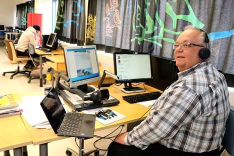 Erityisluokan opettaja Teijo Valtanen (oik.) toivoo, ettei yhdessäkään perheessä puhuttaisi perhesalaisuuksia tai riideltäisi koulupäivän aikana, sillä mikrofonien kautta yleisön määrä voi helposti moninkertaistua. Valtasen työparina koululuokassa on koulunkäynnin ohjaaja Jarkko Kujamäki.
