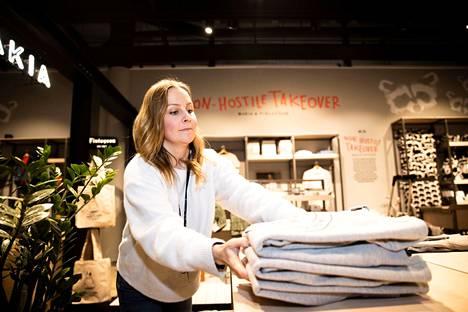 Myymäläpäällikkö Minna Heinänen Finlaysonin Ratinan myymälästä uskoo, että Makian tuotteita tulevat ostamaan erilaiset ihmiset kuin Finlaysonin myymälässä tavallisesti asioivat. Keskiviikkona järjestelyt olivat jo hyvällä mallilla.