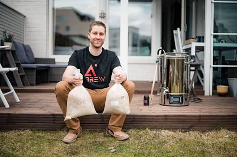 Lari Melander on harrastanut oluen tekemistä kymmenen vuotta. Kotoa löytyvät asianmukaiset tarvikkeet ja laitteet hyvän oluen valmistamiseen.