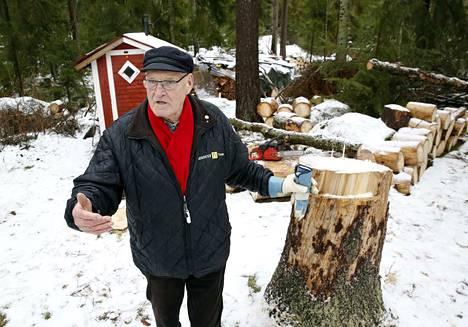 Veikko Rosling on ollut kaksi vuotta leskenä ja muistelee, miten monta hienoa hetkeä on mökillä vaimonsa kanssa viettänyt. Pari päivää sitten oli oma viimeinen hetki lähellä, kun puu oli kaatua harrastajametsurin päälle.