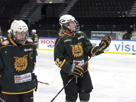 Ilveksen C-juniorien tehomiehet Eemeli Suomi ja Roope Hintz voitokkaan KooKoo-ottelun jälkeen tammikuusssa 2012. Kumpikin iski ottelussa tehot 3+2.