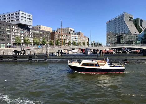 Kanavien halkomassa Amsterdamissa tulijoita houkuttaa muun muassa mahdollisuus asua kelluvassa kodissa. Hollannissa rakennetaan nyt kiivaasti uusia toimitiloja brexitiä pakeneville yrityksille.