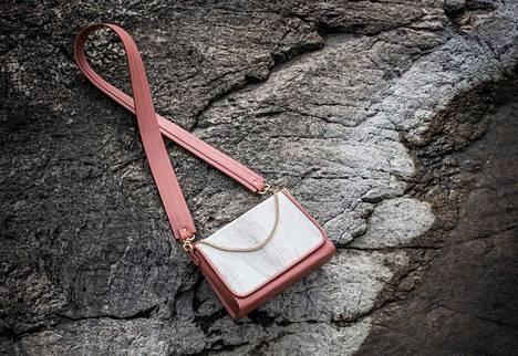 Raikas valikoima sopii monen tyylisille kantajille. Viona Blun käsilaukku on nähty esimerkiksi rouva Jenni Haukiolla.