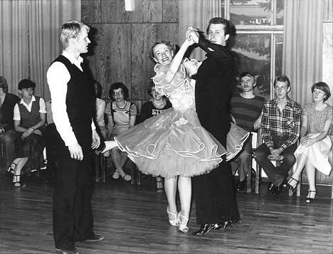Näin opeteltiin tanssia vuonna 1980. Kuva on otettu Tampereella tanssikurssin esittelytilaisuudessa. Oppia antaa Pentti Talvitie.