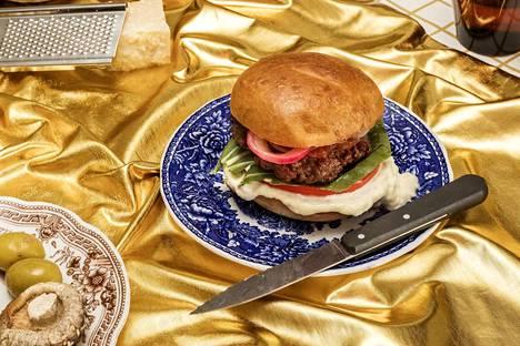 Burgeri on klassinen umamipitoinen ruoka, jossa paistettu liha, kypsytetty juusto ja tomaatti kohtaavat. Lihan, kalan ja äyriäisten lisäksi umamia löytyy myös esimerkiksi oliiveista ja sienistä.