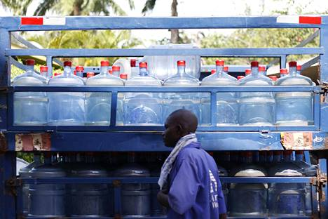 Kirjoittajan mukaan kolmanneksella maailman väestöstä ei ole tällä hetkellä puhdasta vettä. Kymmenen vuoden kuluttua kaksi kolmasosaa eli viisi miljardia lienee siinä jamassa. Huonon veden vuoksi 1,6 miljoonaa pikkulasta menehtyy vuosittain ripuliin.