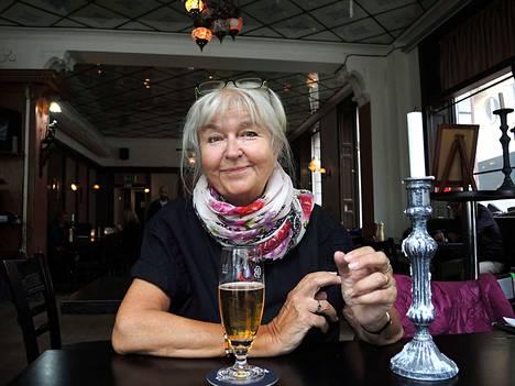 """Ravintolan asiakas Britt-Marie Stenborg ei kannata uutta tupakkalakia: """"En ole koskaan polttanut, mutta mielestäni on väärin, että tästä kysymyksestä on tehty laki. Jos laki tehdään, sen seurauksia pitäisi myös pystyä valvomaan."""""""