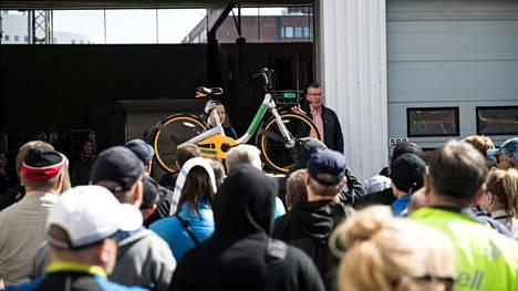 Poliisin huutokauppa keräsi runsaasti yleisöä Tampereella vuonna 2019. Tuolloin meklarina toimi poliisiammattikorkeakoulun ylikonstaapeli Marko Lehtoranta.