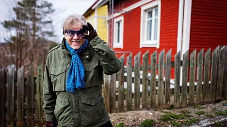 Tampereen Pispala on Mikko Alatalolle erityisen rakas. Sitä hän ei vaihda, eikä tuttuja sinisiä silmälasejaan. Aamulehti kuvasi Alatalon Pispalassa perjantaina 23. huhtikuuta.