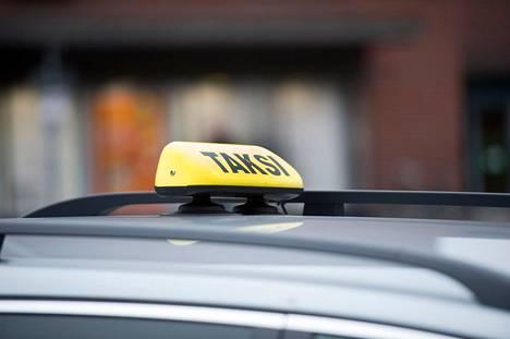 Taksilaki muuttui toukokuun alussa. Yrittäjäkoulutuksen lisäksi taksivalo tuli jälleen autoihin pakolliseksi.