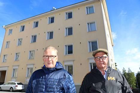 Hallituksen puheenjohtaja Markku Parviainen (vas.) ja isännöitsijä Mika Kärkkäinen ovat tyytyväisiä, että pian talossa on nykyaikaiset alkuperäisen näköiset ikkunat.