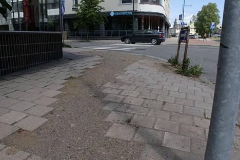 Puistokadun ja Onkiniemenkadun kulmassa työmaa odottaa tekijäänsä.