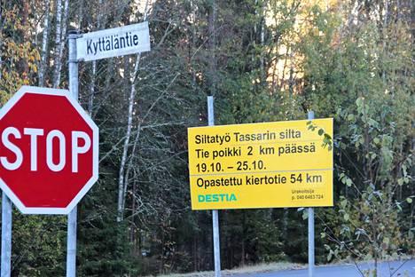 Destian opastekyltin mukaan Yttiläntie on poikki koko viikon eli seitsemän päivää, mutta ely-keskus vakuuttaa, että vain kolme päivää. Töiden on määrä alkaa tiistaina.