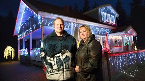 Satu Pudas on miehensä Mikan kanssa laittanut talonsa joulukuntoon jo vuosia ja joka joulu valoja on enemmän. Tältä talo näytti viisi vuotta sitten.
