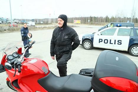 Maakuntarajan lähellä asuva Juha Riihimäki arvioi, että Uudenmaan sulkeminen on hallitukselta oikea ratkaisu.