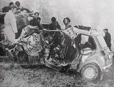 Henkilöauto murskaantui kolarissa täysin, ja sen parikymppisen kuljettajan ruumis piti irrottaa hinausauton vinssin avulla.