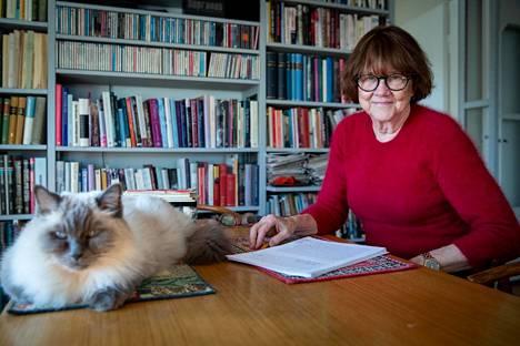 Sosiologian emeritaprofessori Riitta Jallinoja ja 16-vuotias Totti-kissa viihtyvät yhdessä. He jakavat jopa saman ruokapöydän.