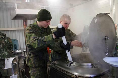Sotilaskeittäjän tehtävä sopii hyvin ravitsemusalalle suuntaavalle varusmiehelle. Toive kannattaa kertoa etukäteen. Arkistokuva on vuodelta 2014.