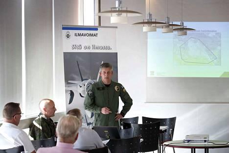 Majuri Antti Salo (keskellä) ja kapteeni Janne Heikkilä (vasemmalla) vastasivat huolestuneiden kaupunkilaisten kysymyksiin ilmasotaharjoituksen vaikutuksista porilaisten elämään.
