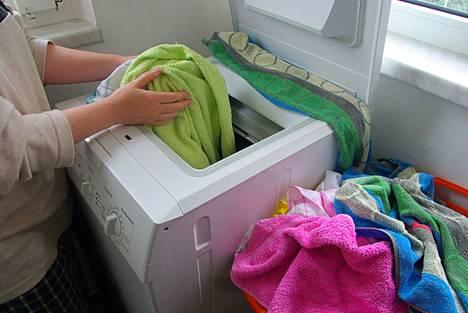 Kirjassa ohjeistetaan esimerkiksi vaatteita ja energiaa säästävään pyykkäykseen: aina täysiä koneellisia, oikea määrä pesuainetta ja käännä pehmeät vaatteet nurinpäin, jotta ne säilyvät hyvinä. Kuvituskuva.