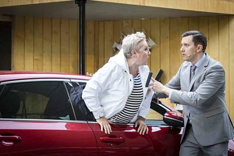 Tiina Weckström tekee loistavan roolisuorituksen Nuotin vierestä -näytelmässä. Hänen poikaansa Artoa esittävä Juha-Matti Koskela ei jää juurikaan jälkeen.