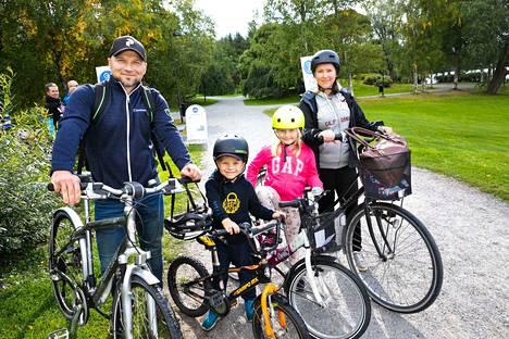 Kinnusten perhe oli lähtenyt sunnuntaina pyöräretkelle ja päätyi pyöräilyviikon avajaistapahtumaan Hatanpäälle. Mikko ja Anna Kinnunen kertoivat pyöräilevänsä usein 8-vuotiaan Sofian ja 5-vuotiaan Kasperin kanssa Arboretumin maisemissa. Sunnuntaina matka jatkui kohti Eteläpuistoa.