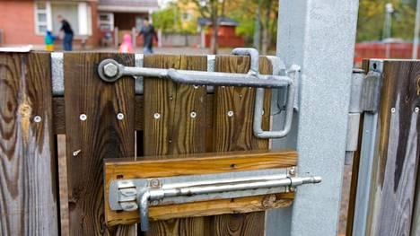 Aukeaako päiväkodin portti nuhanenille? Aamulehden lukijat kertovat kokemuksiaan hyvin erilaisista käytännöistä.